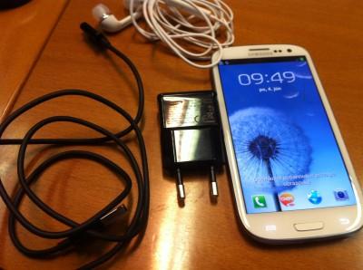 Samsung Galaxy S III s nabíjačkou, USB káblom a sluchátkami