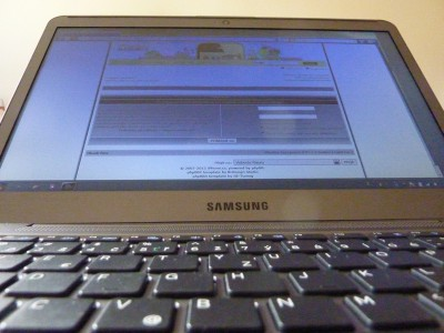 Laptop Samsung Series 5: LCD zdola
